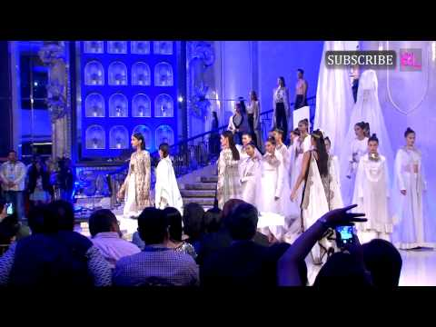 Kareena Kapoor Khan looked stunning at LAKME Fashion Week grand finale