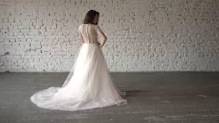 Безкорсетное свадебное платье с прозрачным лифом и многослойной персиковой юбкой
