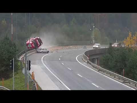 La imprudencia del coche gris acaba despeñando a este camión y matando a su conductor