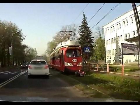 SOSNOWIEC.Kobieta wpada pod tramwaj. MOCNE WIDEO