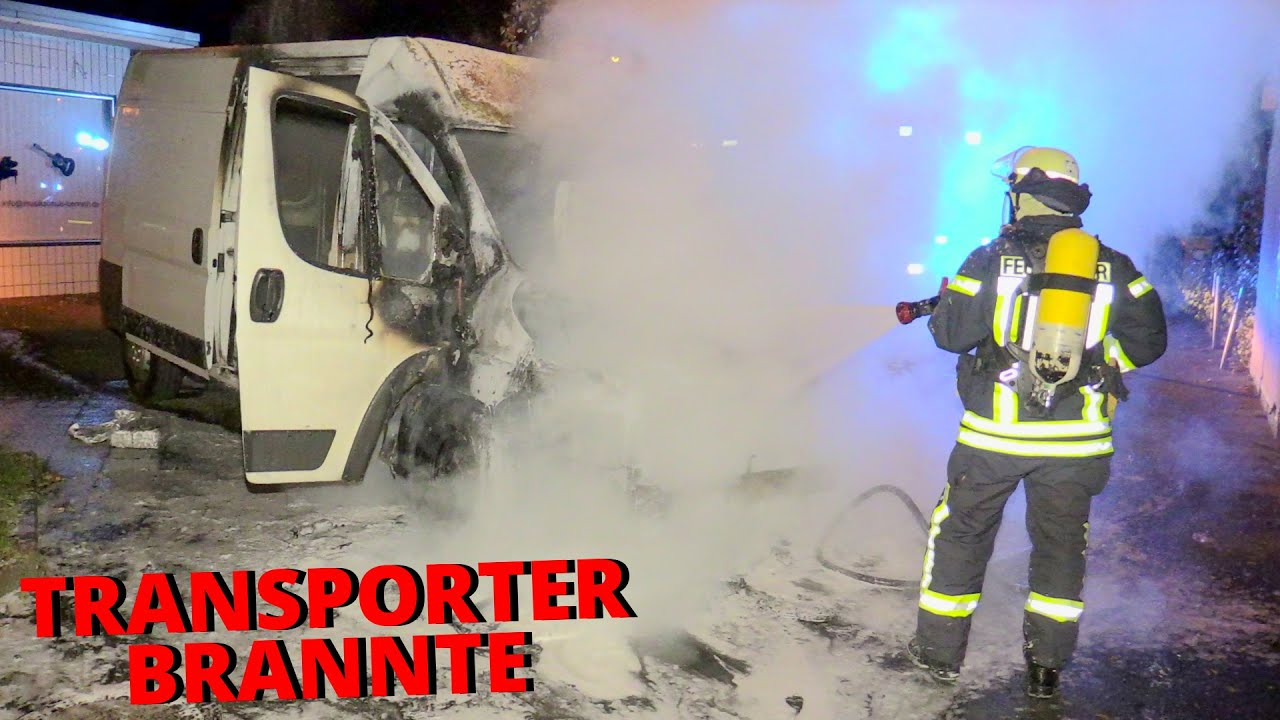 [TRANSPORTER EINES ZEITUNGSBOTEN BRANNTE] - Brandbekämpfung durch die Feuerwehr Düsseldorf -