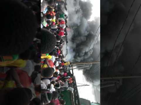 Le petit marché de Bromakoté en feu