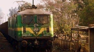 INDIAN RAILWAYS Indore-Amritsar Express meets WAG9 31164 freighter near Jhansi