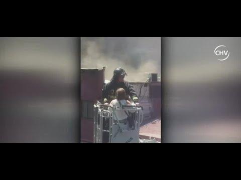 Pareja fue rescatada desde motel que se estaba incendiando - CHV Noticias