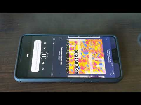 Android Police's Artem testing stereo output on the Pixel 3 XL