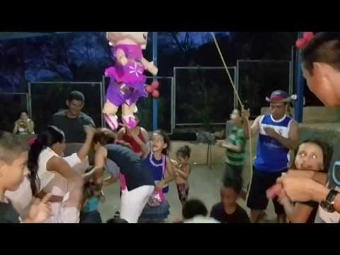 8- Llegó La Hora De Pegarle a La Piñata - Cumpleaños De Cristina 8 de 10