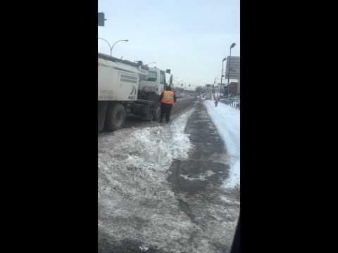 Montreal city worker urinating on Pie-9 during rush hour. Employee du ville de montreal urine pie 9