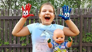 CHuCha and Baby Bon playing in colored paints With Nursery Rhymes Song. Чуча играет с Беби Бон.