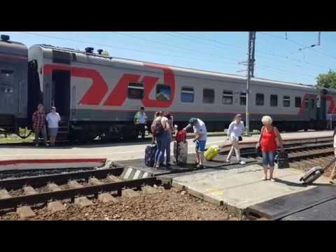 Железнодорожный вокзал в Лазаревском. Середина дня - пассажиров мало. Август 2019.