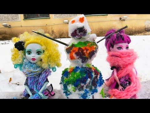 Куклы Монстер Хай: видео про игрушки и зимние игры! Лепим цветного снеговика!