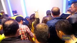 Pazardan mal alır gibi, salon girişinde bir noktaya yığılmış sarı tişört dağıtımı