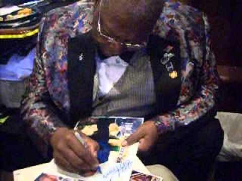 Blues Legend B.B. King signing autographs - TopSignatures.com