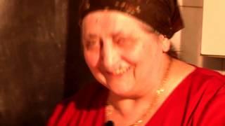 Vă plac pârjoalele moldoveneşti. Aici, cu Mama Rafila şi Ionică.