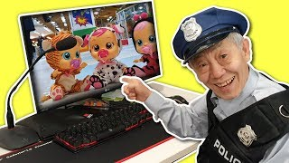 The baby doll is gone. Police Grandpa! Find baby dolls in the indoor playground. 크라잉 베이비 장난감 Romiyu