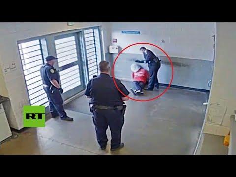 Este oficial de policía golpea en la cabeza a un detenido esposado