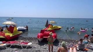 Центральный пляж в августе. Полдень, жара. Погода в Лазаревском 5 августа 2016(В полдень на Центральном пляже Лазаревского. Погода очень жаркая, t +32°C, море t +28°C, небо безоблачное и..., 2016-08-05T12:34:58.000Z)