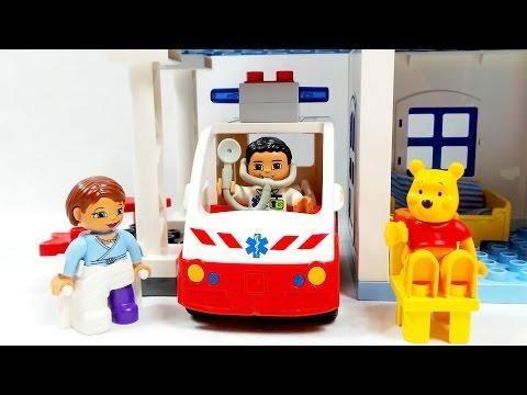 Винни-Пух заболел. Машина скорой помощи везет медведя в больницу. Город лего