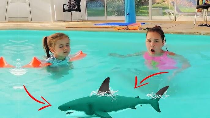 أطفال يلعبون في المسبح مع سمكة قرش قصص ممتعة للأطفال Youtube