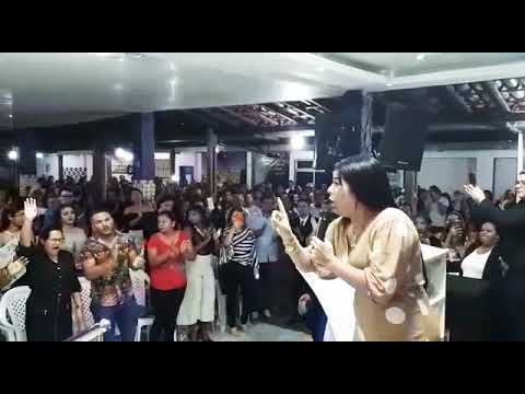 Missionária renalida Carvalho, louvando na Atalaia