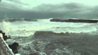 Y ya que estamos entrando en épocas de playa, vamos a ver un magnífico didáctico de Euskalmet donde nos explicarán de forma sencilla lo que es la mar de fondo, la mar de viento y la importancia del periodo de las olas.