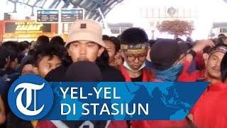 Mahasiswa Padati Stasiun Palmerah Sambil Berorasi, Petugas Keamanan Kewalahan