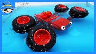 Блейз монстр іграшковий вантажівка. Автомобіль з довгою ногою-це занурення у воду.