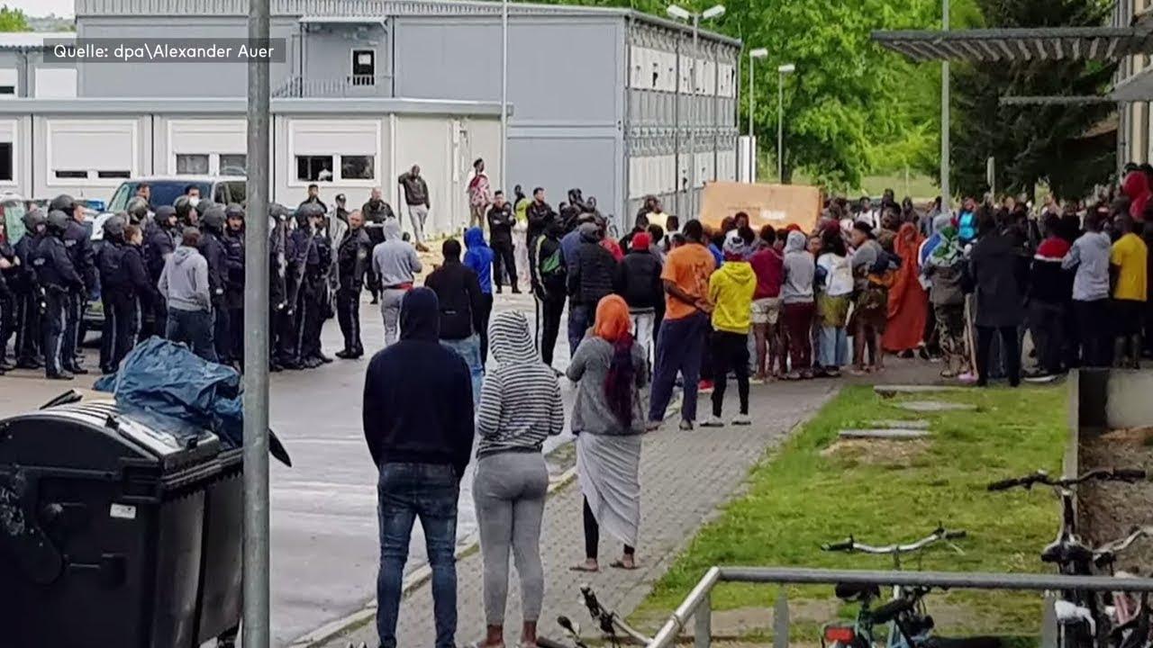 REGENSBURG: Großeinsatz der Polizei nach Fund von toter Frau in Ankerzentrum