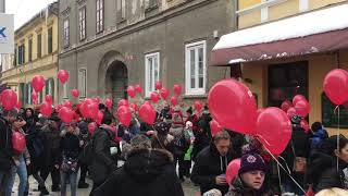 Sprehod z rdečimi baloni