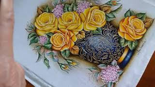 Vaso azul c/ stencil e rosas amarelas – finalizando