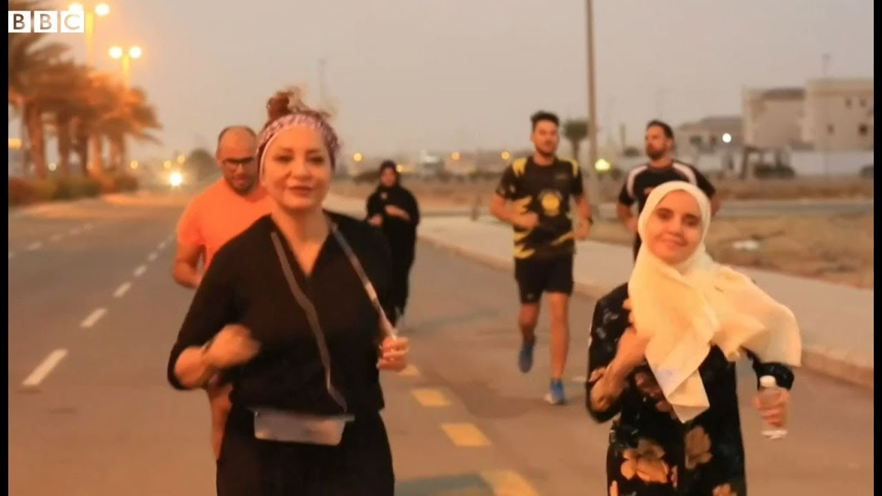 سعوديات يمارسن رياضة الجري مع الرجال في شوارع المملكة