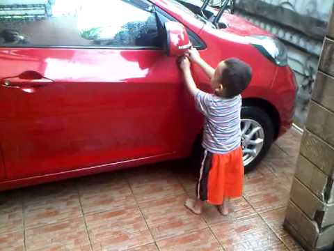 Video Lucu. Anak Kecil Nyuci Mobil ( Rafa )