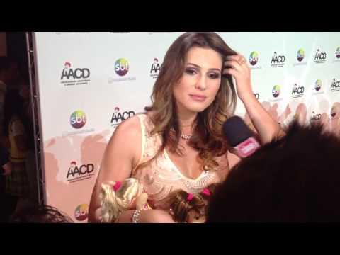 Lívia Andrade tirando vestido no palco do Teleton 2014