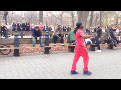 Видео: Уличные танцоры-комики, Нью-Йорк