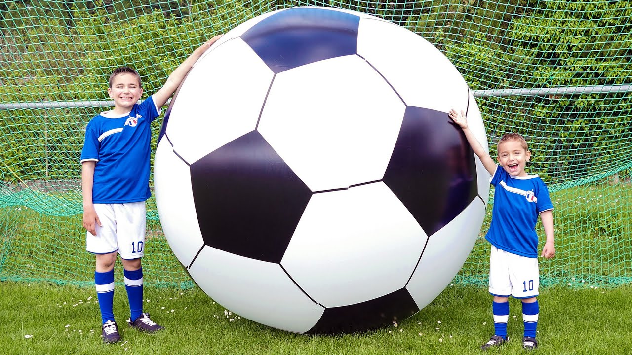 Le plus grand ballon de football du monde foot g ant la - Fille joue au foot ...