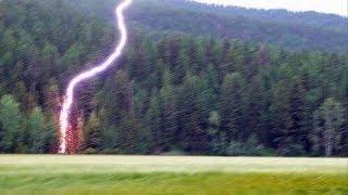 Молния бьет в деревья, автомобили, самолеты... Удивительные кадры молнии
