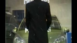 Мужик зажигает перед витриной peugeot))) прикол!!!!11