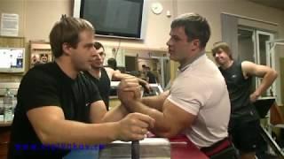 видео Алексей Воевода знает, как победить в армрестлинге