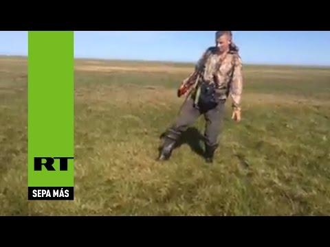 La tierra se mueve en Rusia: Extrañas 'burbujas' de gas aparecen bajo la hierba en Siberia