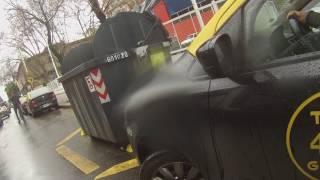 Mira como este taxista casi provoca un acidente