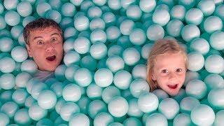 ستايسي وأبي انهم يلعبون في  سيلفي متحف