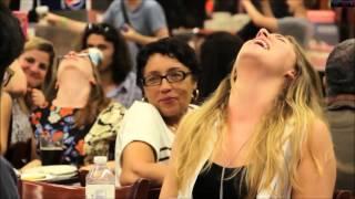 Les femmes simule l'orgasme en flash mob