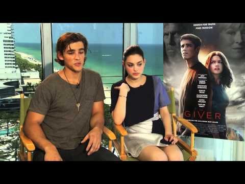 The Giver Stars Brenton Thwaites and Odeya Rush