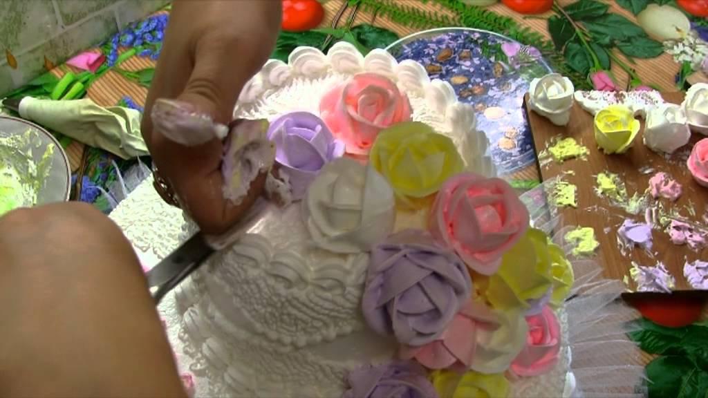 видеоурок  украшение тортов розами из белкового крема   украшение торта  розами - YouTube 6ec2046ee94
