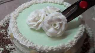 Двухъярусный торт украшаем кремом и шоколадом.