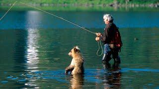 Мужчина не заметил, как к нему подкрался медвежонок, то, что произошло дальше поразительно!