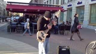 Гитарист играет на улице на самодельной гитаре