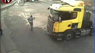 Camionneur projeté hors de son camion   Vacheries fr