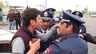 Ոստիկանները ուժով լրագրող Տիրայր Մուրադյանին հեռացրել են դեպքի վայրից
