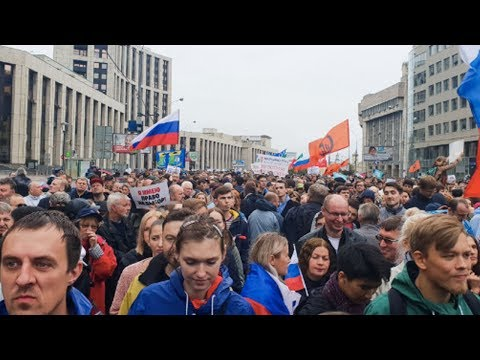 Russia's Anti-Gov't Protests Draw Large Crowds, but Putin Remains Secure