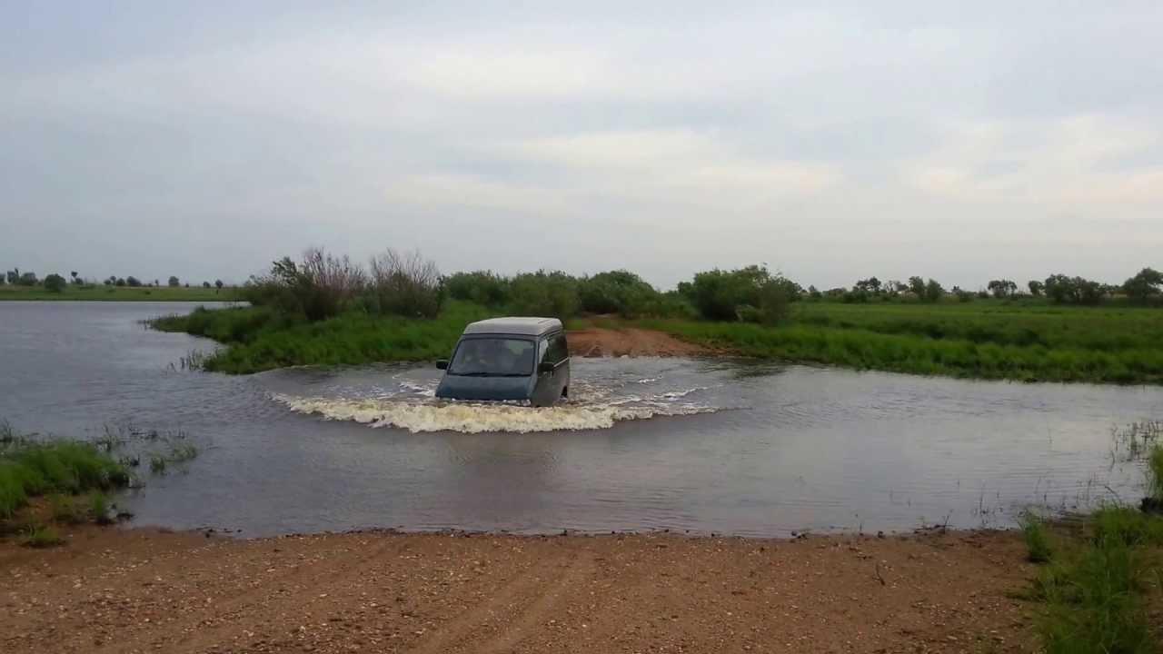 Mazda Bongo Friendee через брод.